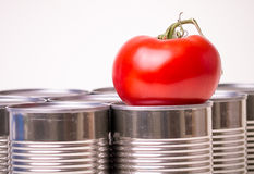 Alimento estanhado contra o alimento fresco Fotos de Stock