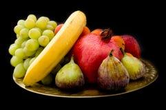 Alimento exótico na placa dourada oriental (no preto) Fotografia de Stock Royalty Free