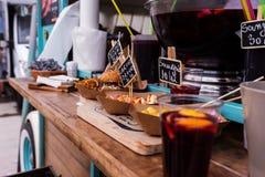 Alimento exposto em um caminhão do alimento fotografia de stock