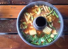 Alimento famoso tailandês ou sopa ácida tailandesa do caril Fotografia de Stock