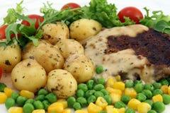 Alimento, filete, patatas y ensalada sanos Imagen de archivo libre de regalías