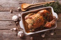 Alimento francese: Pollo con 40 spicchi d'aglio nel piatto per le sedere Immagine Stock Libera da Diritti
