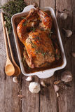 Alimento francese: Pollo con 40 spicchi d'aglio nel piatto per le sedere Fotografia Stock