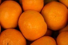 Alimento fresco di vendita del mercato di frutta di struttura del primo piano della merce nel carrello delle arance Fotografia Stock