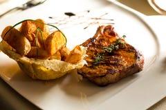 Alimento gastronomico, carne arrostita in steakhouse Immagini Stock Libere da Diritti