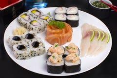 Alimento giapponese combinato dei sushi e dei sahimis immagini stock