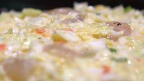 Alimento giapponese di Okonomiyaki del movimento lento Cottura del Monjayaki nel ristorante del Giappone stock footage