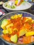 Alimento giapponese, riso con il suchi dei frutti di mare ed avocado Fotografia Stock