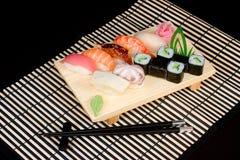 Alimento giapponese sulla stuoia a strisce Immagini Stock