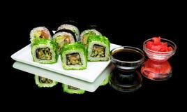 Alimento giapponese - sushi, salsa di soia e zenzero marinato su una b nera Fotografia Stock Libera da Diritti