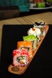 Alimento giapponese tradizionale, vari generi di sushi sul bordo di legno Fotografie Stock