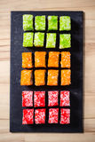 Alimento giapponese tradizionale, vari generi di sushi sulla pietra nera Immagine Stock Libera da Diritti