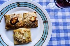 Alimento greco Torte del formaggio e degli spinaci di Kalitsounia, Immagine Stock Libera da Diritti
