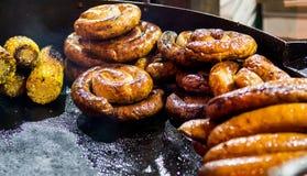 Alimento grelhado no mercado do Natal fotografia de stock royalty free
