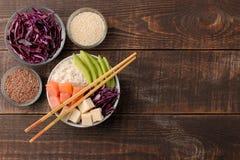alimento hawaiano della ciotola del colpo un piatto con riso, il salmone, l'avocado, il cavolo ed il formaggio, vicino a sesamo S fotografia stock libera da diritti