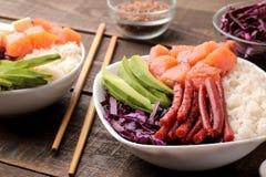 alimento hawaiano della ciotola del colpo un piatto di riso, del salmone, dell'avocado, del cavolo e del formaggio, accanto alla  fotografie stock