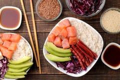 alimento hawaiano della ciotola del colpo un piatto di riso, del salmone, dell'avocado, del cavolo e del formaggio, accanto alla  immagini stock libere da diritti