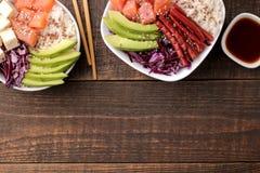 alimento hawaiano della ciotola del colpo un piatto di riso, del salmone, dell'avocado, del cavolo e del formaggio, accanto alla  fotografia stock libera da diritti