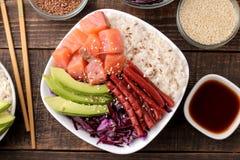 alimento hawaiano della ciotola del colpo un piatto di riso, del salmone, dell'avocado, del cavolo e del formaggio, accanto alla  immagine stock libera da diritti