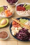 alimento hawaiano della ciotola del colpo un piatto di riso, del salmone, dell'avocado, del cavolo e del formaggio accanto a sesa fotografia stock libera da diritti