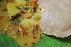 Alimento indiano Boori com o Masala na folha da árvore de coco fotos de stock