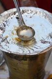 Alimento indiano da rua: Cubeta do serviço Fotografia de Stock Royalty Free