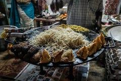 Alimento indiano della via che fa delle tagliatelle vegetariane immagine stock libera da diritti