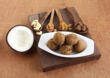 Alimento indiano di festival di Laddu della noce di cocco ed i suoi ingredienti Fotografia Stock