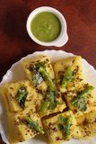 Alimento indiano - Gujarati Khaman Dhokla imagem de stock royalty free