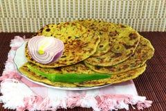 Alimento indiano Methi Paratha ou pão liso do thepla com folhas e especiarias do feno-grego Fotografia de Stock Royalty Free
