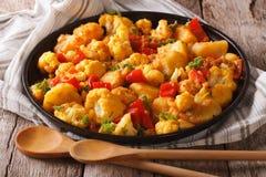 Alimento indiano: primo piano di Gobi Aloo del vegetariano sulla tavola orizzonte Fotografia Stock Libera da Diritti