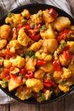 Alimento indiano: Primo piano di Gobi Aloo sulla tavola Vista superiore verticale Fotografia Stock