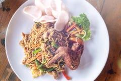 Alimento indonésio, ayam do goreng de mie, macarronetes fritados com galinha Bali, Indonésia Imagem de Stock