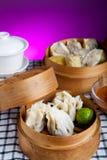 Alimento indonésio Siomay Bandung com fundo escuro roxo foto de stock