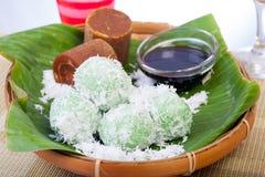 Alimento indonesiano Klepon con la noce di cocco sulla foglia della banana Fotografia Stock Libera da Diritti