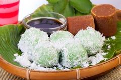 Alimento indonesiano Klepon con la noce di cocco sulla foglia della banana Immagini Stock