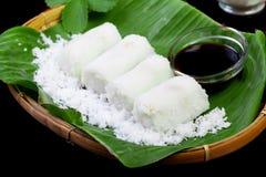 Alimento indonesiano Putu con la noce di cocco sulla foglia della banana Immagine Stock Libera da Diritti