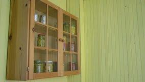 Alimento inscatolato del gabinetto della donna stock footage