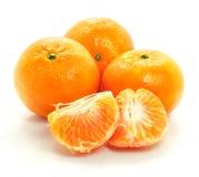 Alimento isolado do mandarino fruta madura no branco imagens de stock