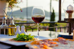 Alimento italiano al ristorante di lusso con una vista Immagine Stock