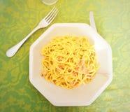 Alimento italiano: carbonara da massa na tabela fotos de stock