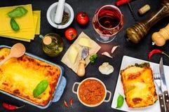 Alimento italiano che cucina gli ingredienti con le lasagne al forno al forno Immagini Stock