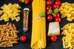 Alimento italiano che cucina gli ingredienti della pasta Fotografia Stock
