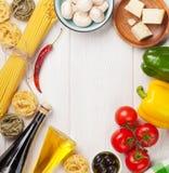Alimento italiano che cucina gli ingredienti Pasta, pomodori, peppes Immagine Stock