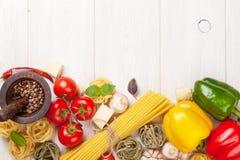 Alimento italiano che cucina gli ingredienti Pasta, pomodori, peppes immagini stock