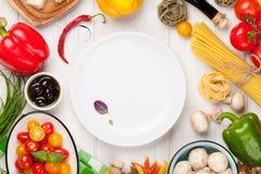 Alimento italiano che cucina gli ingredienti Pasta, verdure, spezie Immagine Stock