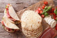Alimento italiano da rua: piadina com clo do presunto, do queijo e dos vegetais imagens de stock