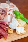 Alimento italiano en tajadera imagen de archivo
