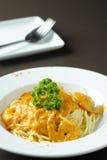 Alimento italiano: espagueti con pasly Fotografía de archivo