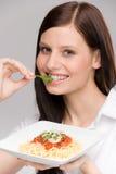 Alimento italiano - espagueti sano de la mujer del retrato Foto de archivo libre de regalías